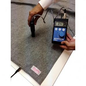 ホットカーペットの上にインナーニットを敷いて電場測定 アースをした状態