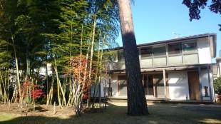 サンルームと広いウッドデッキのある家