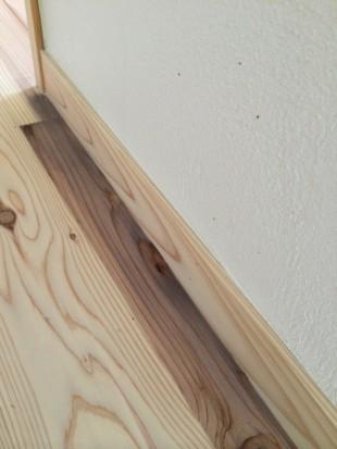 漆喰壁と杉の床材