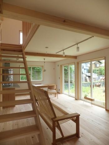 オープンキッチンから借景を楽しむ家